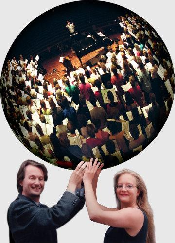 Bild på Göran och Sofia med en körglob